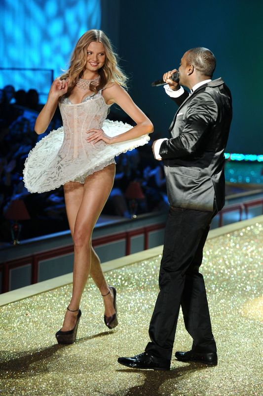 2010 Victoria's Secret Fashion Show Look at all those Peacock