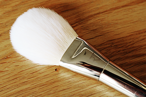 Real Techniques Bold Metals - Arched Powder Brush (100)